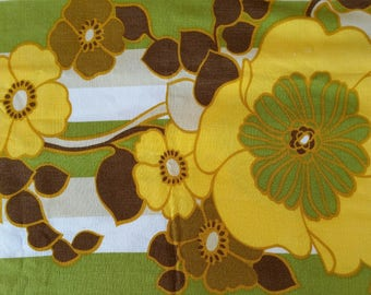 Vintage retro tablecloth/ Bright yellow daisy motifs/lovely vintage condition