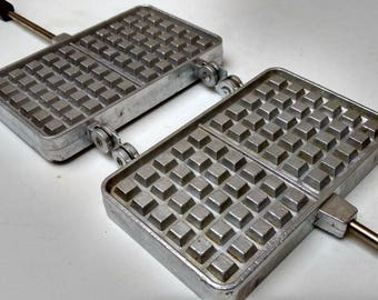 Double French vintage waffle maker / sandwich toaster / Croque Monsieur by SEFAMA in cast alloy, cake iron circa 1960s.