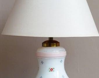 Lampe de table en opaline. Lampe à poser années 40. Lampe avec motifs de fleurs en relief. Lampe de chevet.