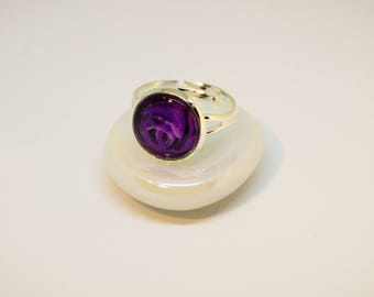 Cabochon ring, adjustable. Silver colors, purple rose.