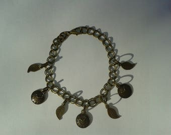 "Bracelet ""vintage style"" with multiple charms, bronze color."