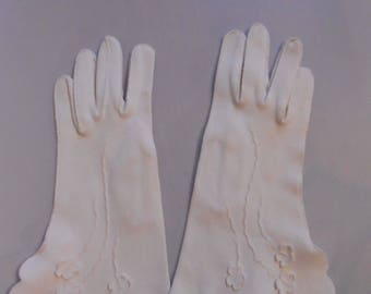 Those Puffy Little Clouds - Vintage 1950s Ivory White Nylon Floral Applique Wrist Gloves - 6/ 6.5