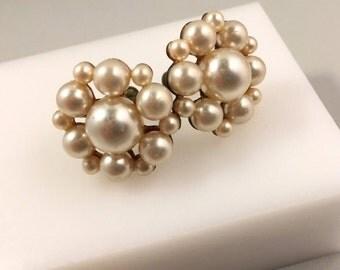 Flower Earrings, Faux Pearl Vintage Jewelry, Screw Back Earrings, Faux Pearl Earrings, Retro Flower Earrings, Vintage Earrings, Gold Tone