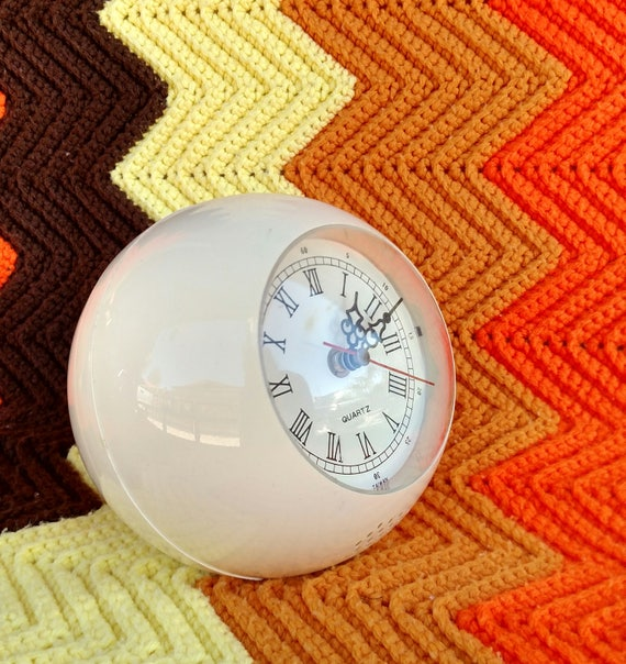 Vintage 1960's Sunko Rolling Ball Clock in Ivory - Spage Age Atomic Design - Working Condition
