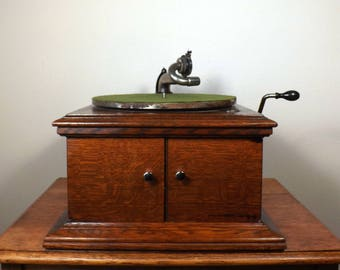 Victor Talking Machine Co. Wind-Up Record Player ~ Model VV VI ~ Working Antique for 78 RPM Records ~ Lidless Oak Case ~ Table Top Model