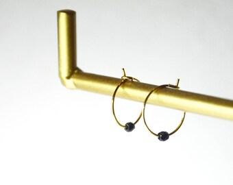 Boucles GAÏA // dorées à l'or fin et perle de verre noire