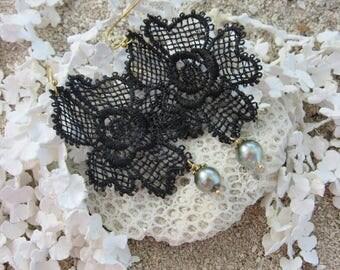 Boucles d'oreille TIARE RAVA en broderie dentelle fleur et perle noire de Tahiti // Cadeau pour elle // From Tahiti with love