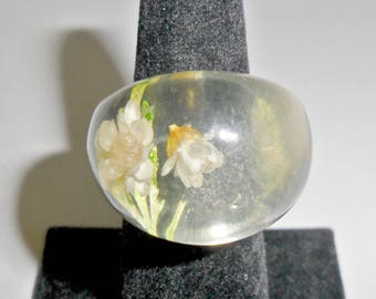 Big pretty vintage ladies' clear lucite ring with dried flowers size 6
