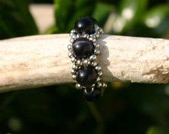 Beaded ring with stretch thread