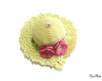 Pale Yellow and Pink crochet hat pincushion, cappellino puntaspilli giallo chiaro e rosa all'uncinetto