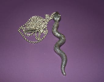 SNAKE PENDANT OVER SILVER METAL CHAIN