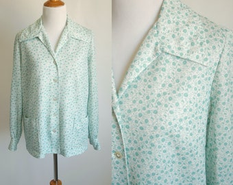 60s/70s Light Green and White Floral Button Up with Large Pockets - Long Sleeve Polyester Shirt - Cute Vintage Summer Shirt - Size Large XL