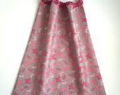 Serviette élastique / bavoir papillons rose et gris imperméable pour enfant de 18 mois à 6 ans