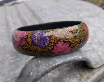VINTAGE black wooden bangle bracelet with floral print and high gloss finish.