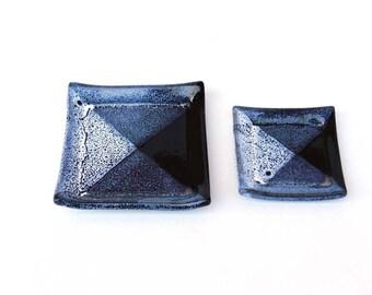 Deux coupelles en grès ou repose sachet de thé, bleu moucheté
