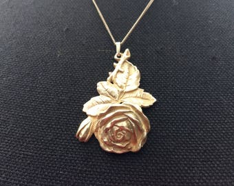 A silver pendant with fine chain.