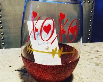 XOXO Glitter Dipped Stemless Wine Glass // Valentine's Day Glitter Wine Glass // Valentine Glitter Wine Glass // Love Glitter Wine Glass