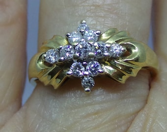 Pretty Engagement ring in 18 carat gold