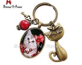 """Porte clés """" Chat Kitch """" Cabochon rouge chapeau fleurs bronze"""