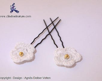 Adorable little crocheted flowers on spikes hair pins
