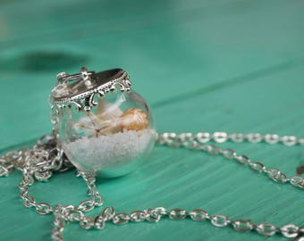 Necklace cruet with sand and shells