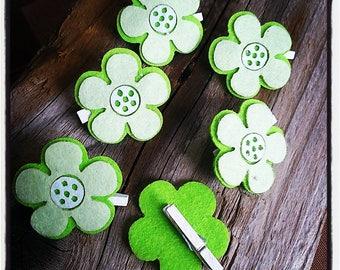 Set of 6 clips in green and white felt flower design wood