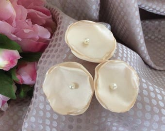 set of 3 flowers 4.5 cm in beige/ivory satin with Pearl