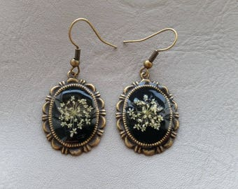 Oval earrings made of resin and dried carrots wild flowers