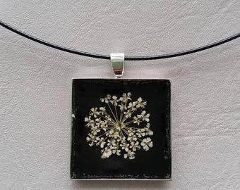 Choker + square pendant 2.5 cm, resin and dried flower white/beige