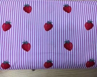 Tissu de coton imprimé fraises fond blanc rayures rose clair 150 cm largeur