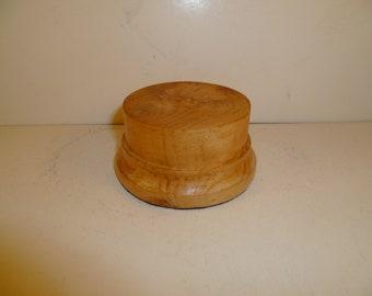 Socle en bois pour figurines rond tourné avec du bois de thuya srtya1