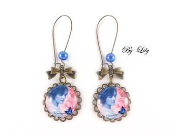 """Boucle d'oreille """" Belle dame et papillon bleu """", rétro image cabochon !"""