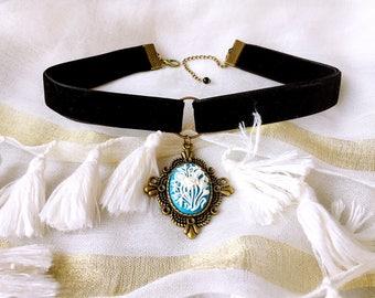 Choker necklace in black velvet with pretty medal retro vintage