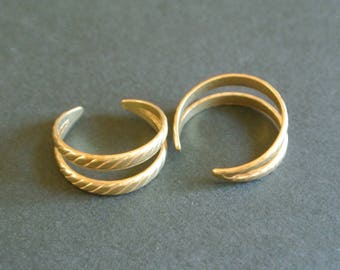 Two rings adjustable brass colored (matte gold reddish bronze) unclosed effect two rings, patterns