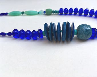Great necklace combining Prussian blue and green lagoon.