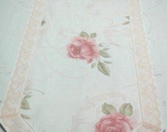 Ravissant chemin de table garni de roses orné de dentelle