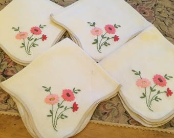 Vintage Napkins with Hand Embroidered Flowers, Four matching napkins, Pink, Salmon, Red Daisies Daisy, Country decor, Dining, Kitchen Linens