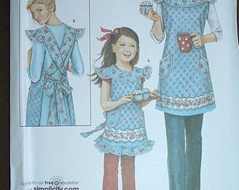 Apron sewing Pattern/Simplicity 3701 Women and Girl children sizes s m l xl/Design by Daisy Kingdom Uncut/Daisy Kingdom apron sewing pattern