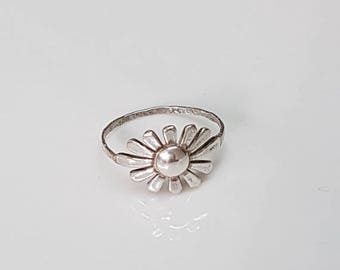 SALE - Sterling Silver flower ring, daisy ring, flower band ring, dainty silver ring