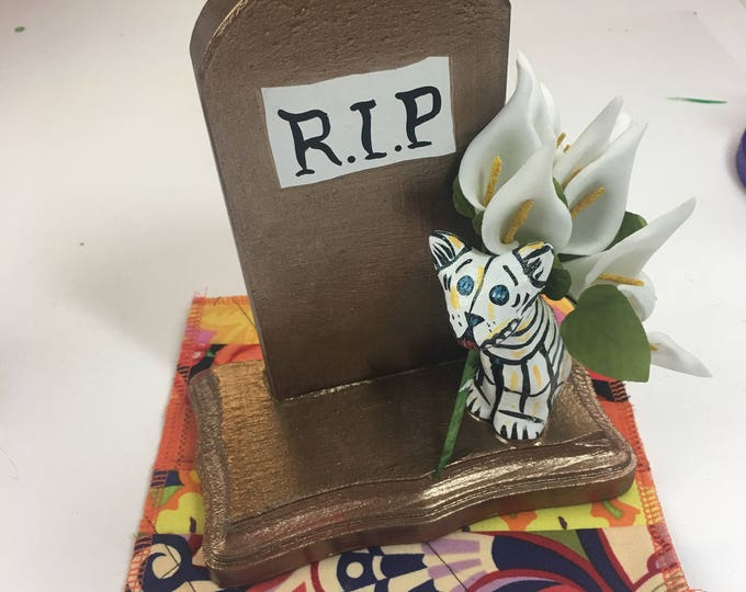 Day of the Dead Graveyard Cat Scupture
