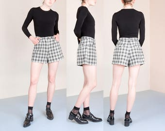 PLAID high waist SHORTS black COTTON women vintage pleated 90s / size 6 8 / better Stay together