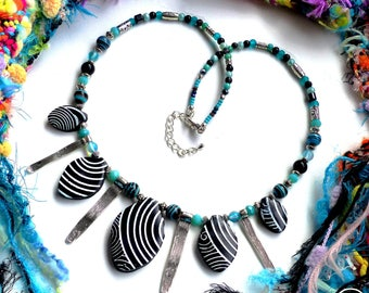 Ethnic Spirit . Collier Unique ethnique tribal rayure turquoise noir polymère verre laiton argenté design original Tikaille