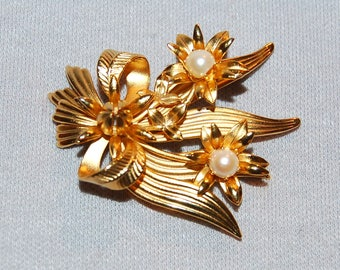 Vintage / Brooch / Flowers / Pearls / Gold tone / old jewelry / jewellery