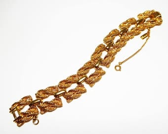 Monet Signed Twisted Chain Bracelet - Square Textured Gold Tone Links - High Polished Bar Connectors - Vintage 1980s 1990s Classic Jewelry