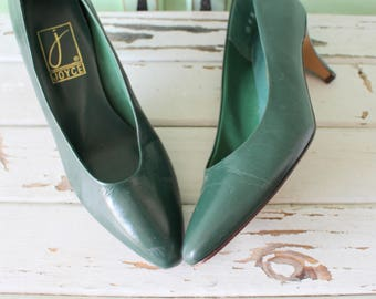 1980s GREEN LEATHER Heels...size 8 womens. green heels. pumps. 1980s. classic. colorful. mod. retro. ladies. emerald. kelly green. designer