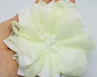 Fleur en tissu blanc et vert pomme / Broche / Pince à cheveux / Accessoire / Accessory / White and green/ fabric flower / Broche / Hair clip
