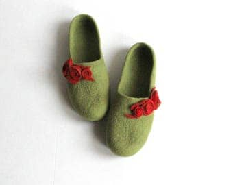 Women home shoes, gift for Her, felted wool slippers, Mothers day gift, olive green with red roses, women slippers felt, wool shoes, clogs