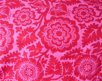 Tissu pour la couture rose à arabeque et grandes fleurs rouge