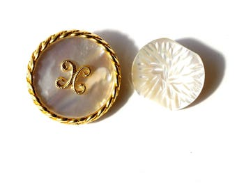 Buttons vintage white mother of Pearl a circled metal gold 25 mm in diameter, a finely engraved 20 mm in diameter.