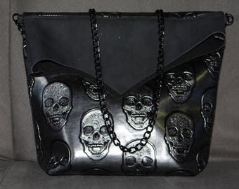 Hand bag in faux skull with chain handle